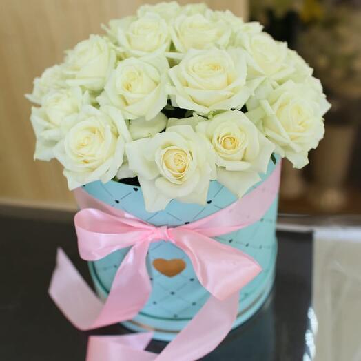 Белые розы в бирюзовой шляпной коробке