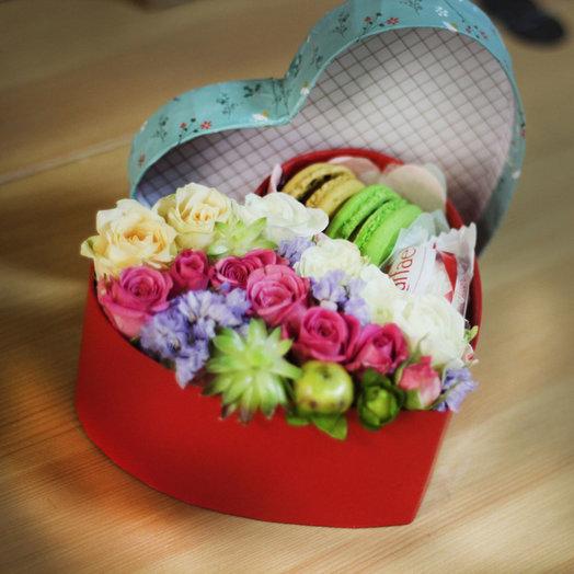 Композиция с живыми цветами и пирожными «Макарони»