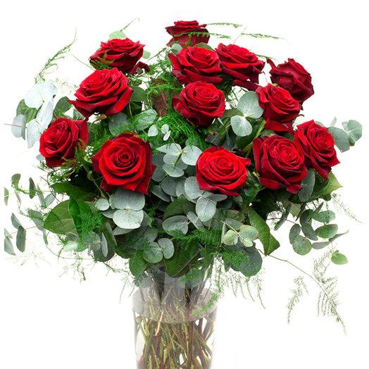 Розы с зеленью: букеты цветов на заказ Flowwow