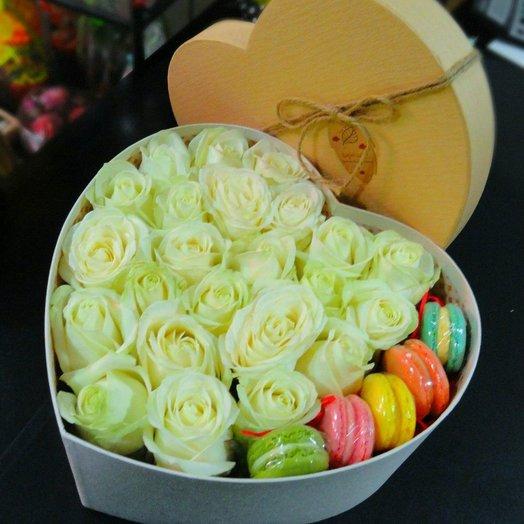 Розы с макарунами 1: букеты цветов на заказ Flowwow