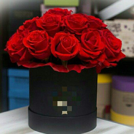 Шляпная коробка с 11 алыми розами