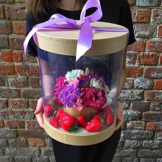 Коробка с цветами и клубникой: букеты цветов на заказ Flowwow