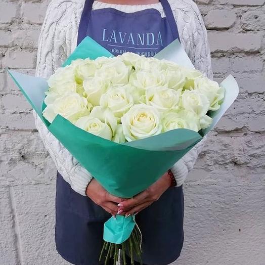 25 белых роз в ярком крафте