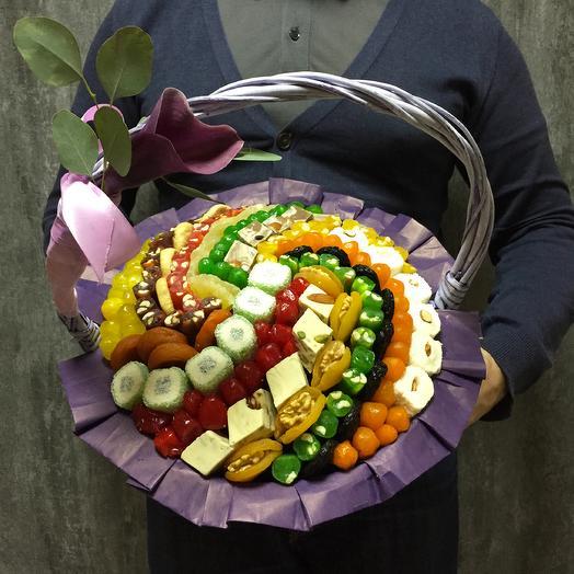 Корзина сухофруктов с каллой, сирень 30 см: букеты цветов на заказ Flowwow