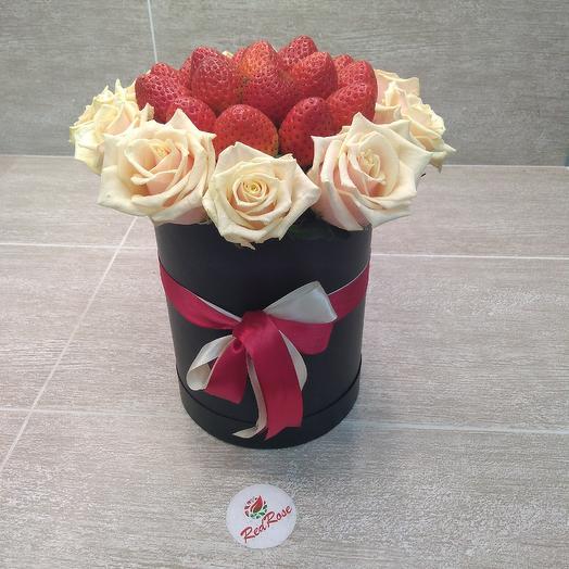 Клубника с розами в шляпной коробочке: букеты цветов на заказ Flowwow