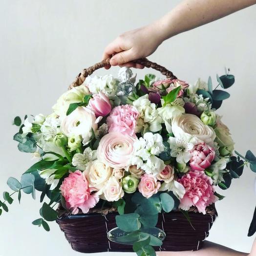 Корзина с ранункулусами и матиолой: букеты цветов на заказ Flowwow
