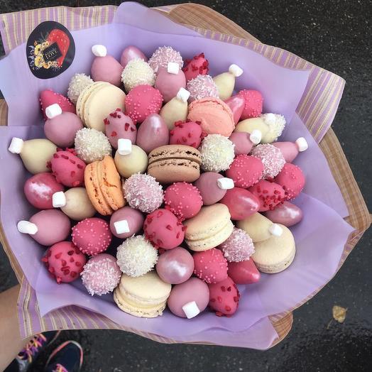 Букет из клубники в шоколаде с макарунами