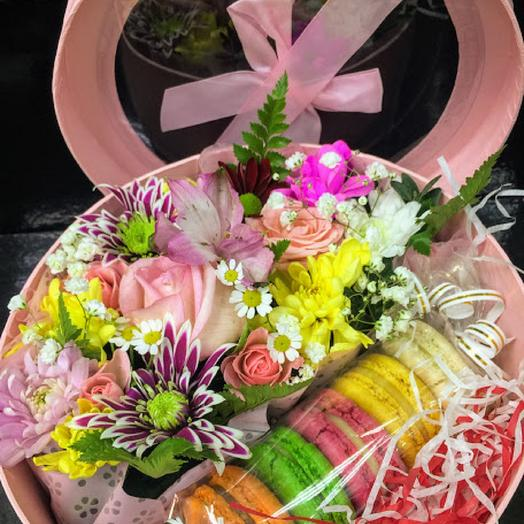 Коробочка с пирожными и цветами Очарование
