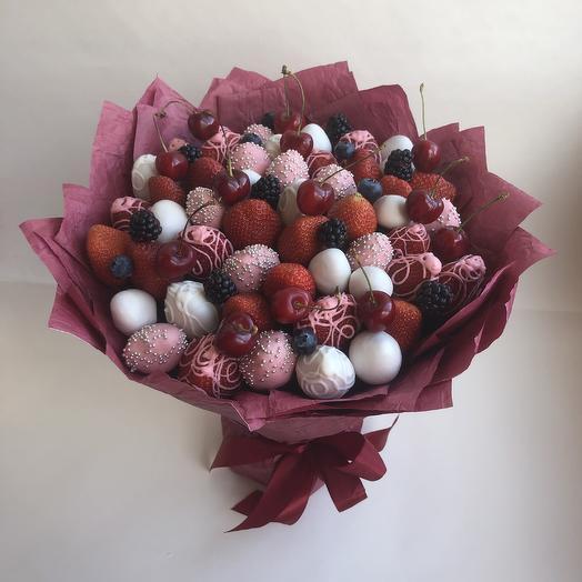 Букет из клубники с черешней , ежевикой и голубикой: букеты цветов на заказ Flowwow
