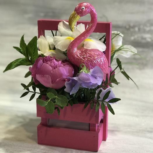 Корзиночка с фламинго: букеты цветов на заказ Flowwow