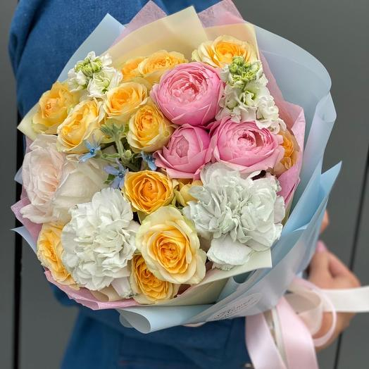 Букет из кустовой пионовидной розы, маттиолы и гвоздики Николь