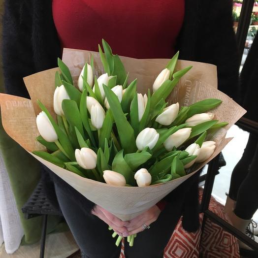 Белые тюльпаны в крафте