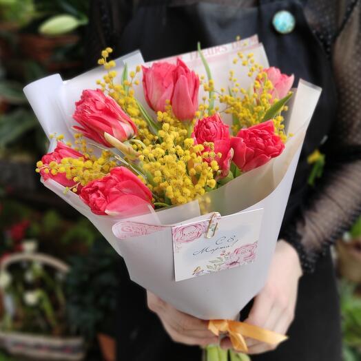 Пионовидные тюльпаны и мимоза