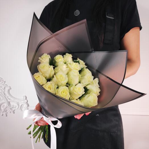 Букет из 19 Белых роз (коробка конфет в подарок, условие в описании)
