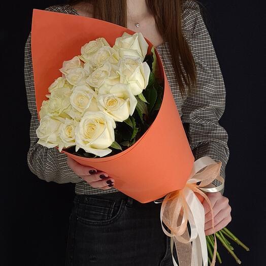 15 белых роз в оформлении