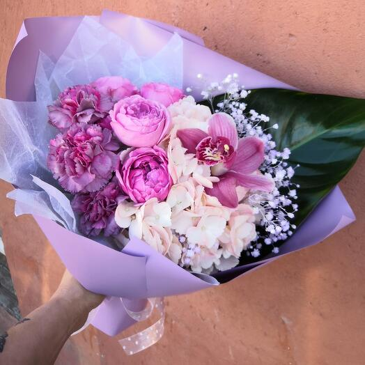Нежный букет с гортензией и пионовидными розами
