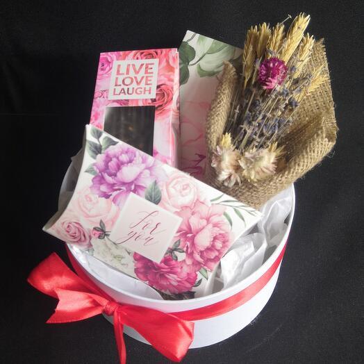 Подарочный набор с чаем, сладостями и букетиком ароматных сухоцветов