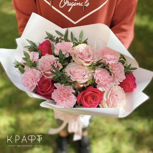 Букет с алыми розами