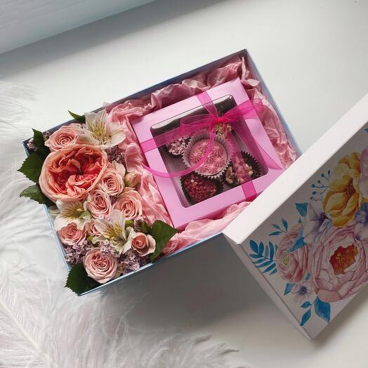 Цветы в коробке с шоколадом ручной работы