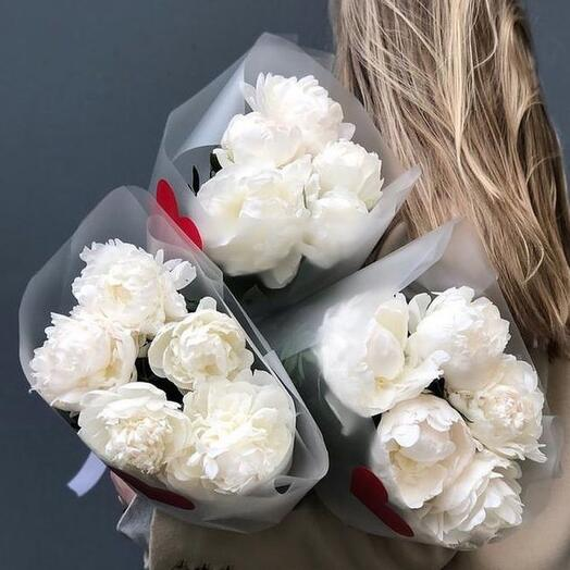 Stylish bouquet of white peonies (France)
