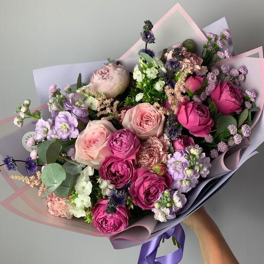Букет из роз и садовых цветов