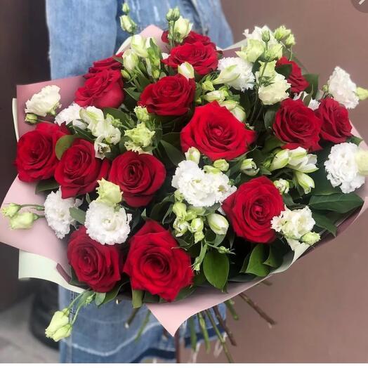 «ПризнаниБукет из красных роз , белых альстромерий и эустом с зеленью в оформлении