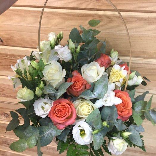 Нежная корзиночка с эустомой: букеты цветов на заказ Flowwow