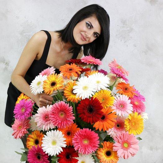Композиция из 51 герберы в плетеной корзине: букеты цветов на заказ Flowwow