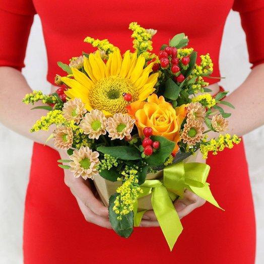 Композиция из гиперикума и хризантем с божьей коровкой: букеты цветов на заказ Flowwow