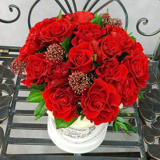 Композиция из алых роз в шляпной коробке: букеты цветов на заказ Flowwow
