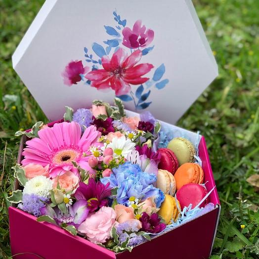 Коробка с макарони: букеты цветов на заказ Flowwow