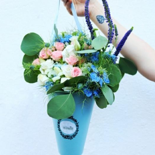 Нежность в голубой вазе: букеты цветов на заказ Flowwow