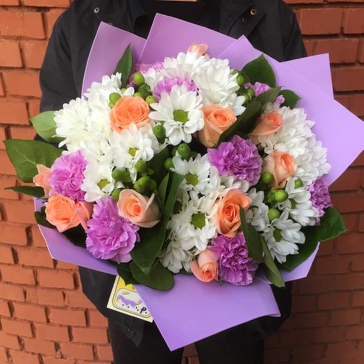 Авторский букет с розами, хризантемами, гвоздиками и гиперикумом: букеты цветов на заказ Flowwow