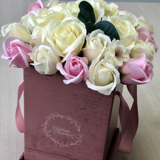 Букет в квадратной коробке из мыльных роз: букеты цветов на заказ Flowwow