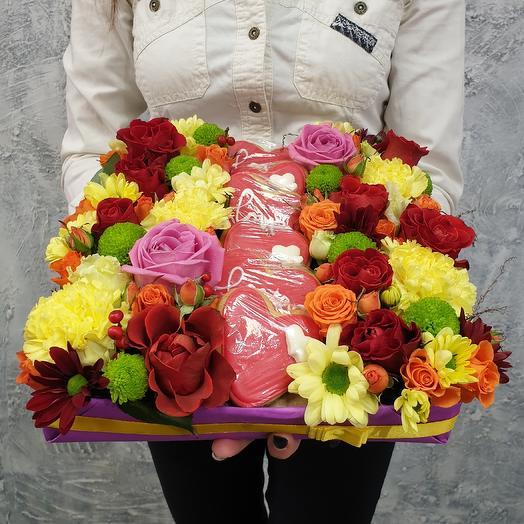 Сладкая яркая композиция из роз, хризантем и печенья ручной работы Любовь
