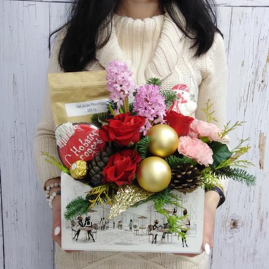 Новогодний ящик из гиацинтов, роз, новогоднего декора чая и печеньяа