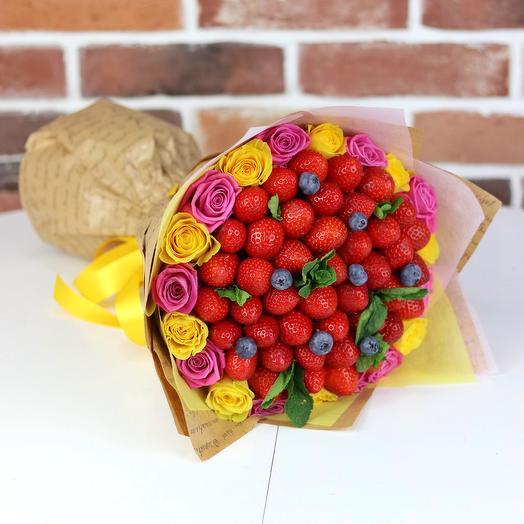 Букет из роз с клубникой и голубикой. N671