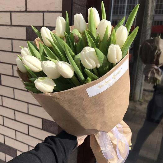 15 белых тюльпанов в крафте