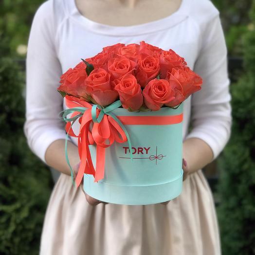 25 коралловых роз в шляпной коробке