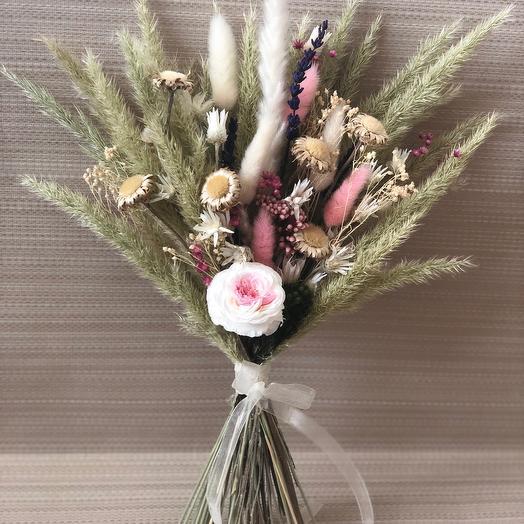 Букетик сухоцветов с пионовидной розой