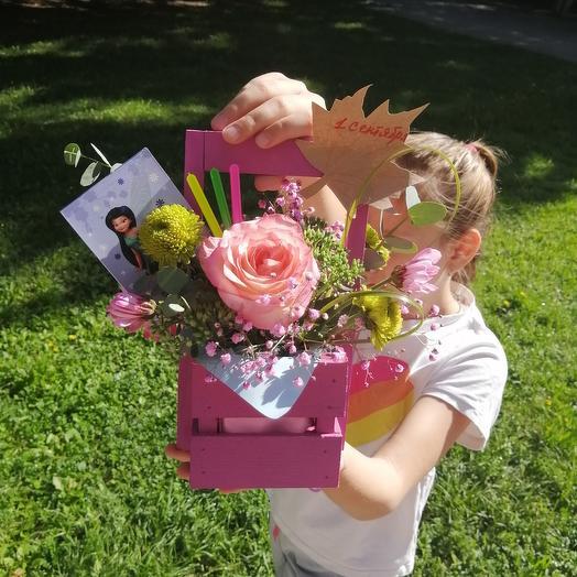 Ящик с живыми цветами и декором на 1 сентября