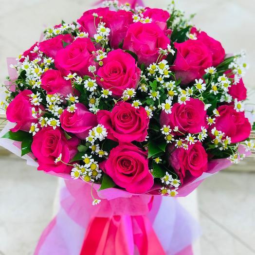 Букет из ярко-розовой Розы и ромашки полевой