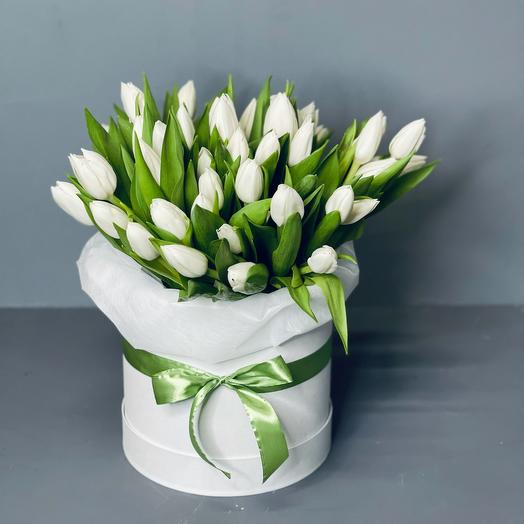 Белые тюльпаны в коробке