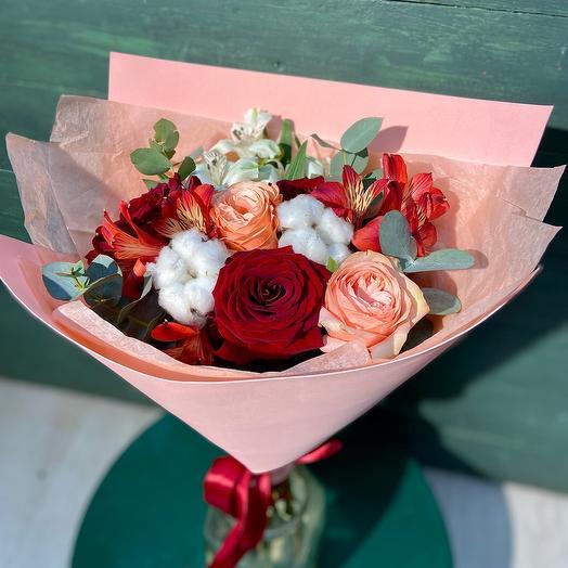 Красные розы с хлопком