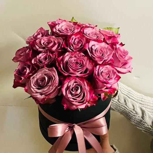 Фиолетовые розы в шляпной коробке