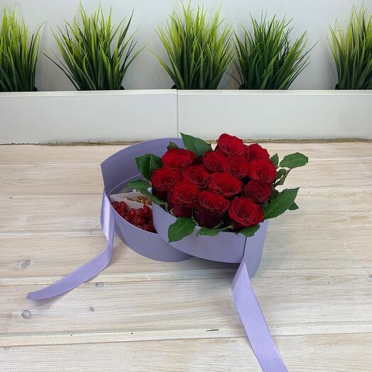 Двухъярусная коробка с розами, орехами и сухофруктами