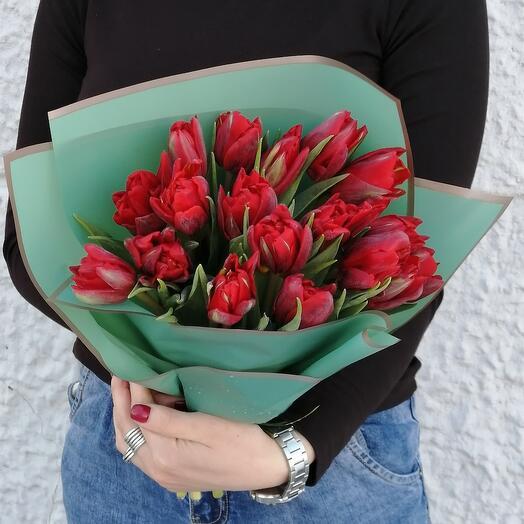 Букет из 17 красных пионовидных тюльпанов