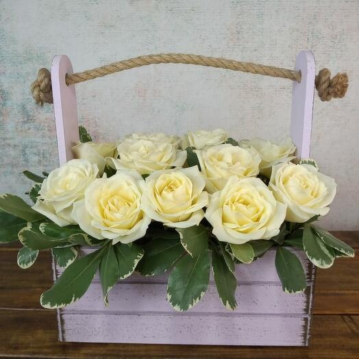 Цветочная корзина с розами сорта аваланч