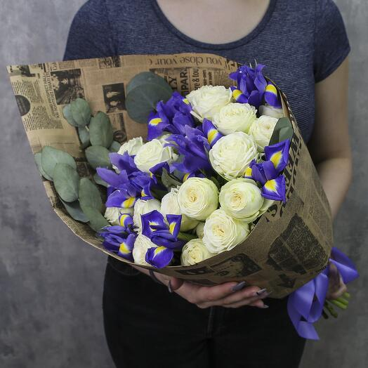 Букет из пионовидных роз и ирисов «Скарлетт»
