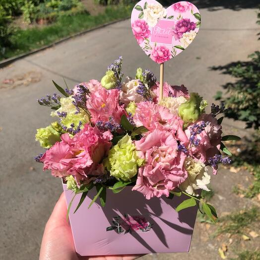 Цветы в коробке, с топпером «Тебе с любовью»